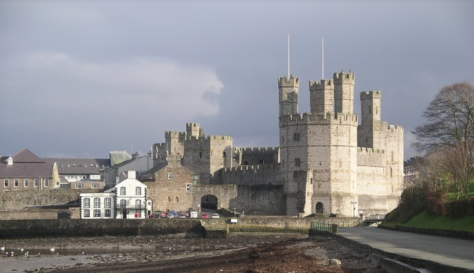 Caernarfon_castle_from_the_west
